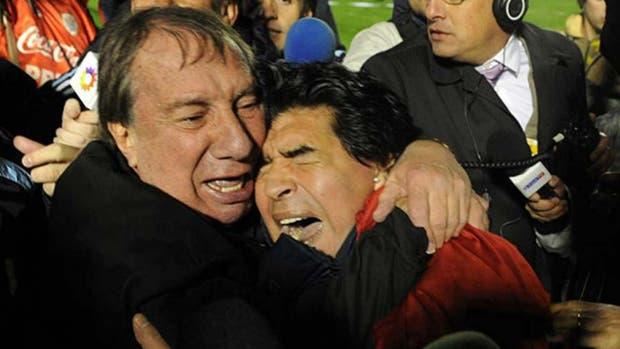 Carlos Bilardo y un abrazo inolvidable con Diego Maradona en Montevideo, luego de clasificarse para Sudáfrica 2010