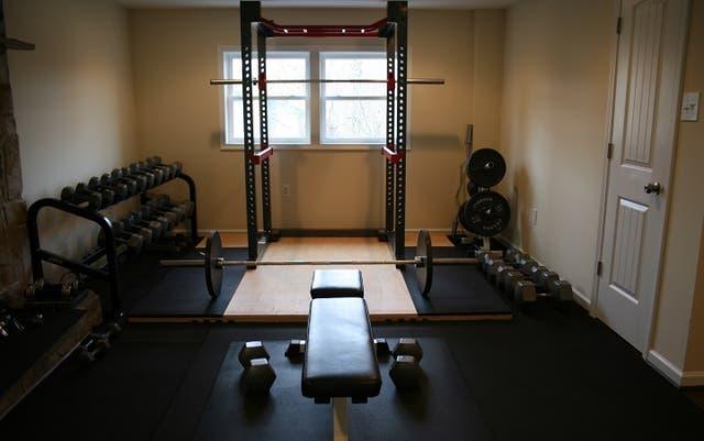 Un juego de pesas, un banco ajustable, una banda TRX y un armazón de ejercicios brinda una buena base para equipar el gimnasio en tu casa.