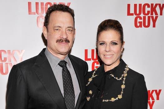"""Tom Hanks con su inesperable mujer Rita Wilson en la presentación de la obra  """"Lucky Guy"""" en Broadway. Foto: AFP"""