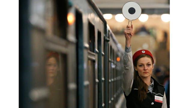 El controlador de la plataforma señala que el tren puede salir en la estación de metro Komsomolskaya en Moscú, Rusia