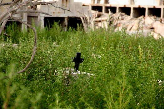 La cruz en soledad y los restos de los nichos; Epecuén está a 570 kilómetros de Buenos Aires y contaba con 1.500 habitantes. Foto: LA NACION / Mauricio Giambartolomei