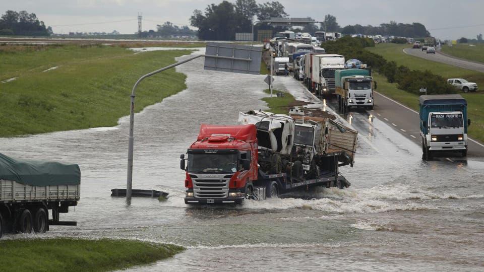 Rutas anegadas y kilómetros de cola de vehículos. Foto: LA NACION / Emiliano Lasalvia / Enviado especial