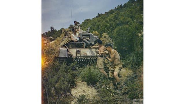 Un equipo de los 16th/5th Lancers, 6th Armoured Division, limpian el cañón de su tanque Crusader en El Aroussa en Túnez, mayo de 1943.