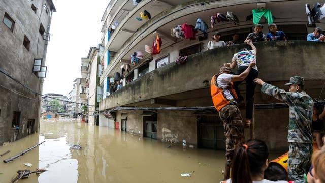 Bomberos y rescatistas evacuan a las personas de los edificios en Guilin, Guangxi province