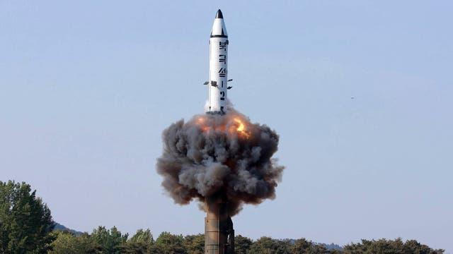 """Foto sin fechar. Un misil de combustible sólido """"Pukguksong-2"""" despega durante una prueba de lanzamiento en un lugar no revelado en Corea del Norte"""