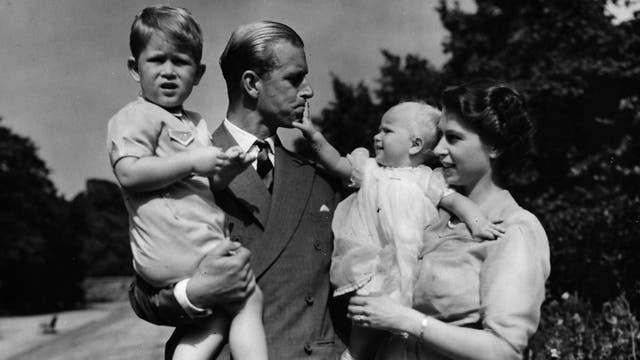 El príncipe Carlos, de pequeño, junto a sus padres y su hermana en una imagen sin fecha