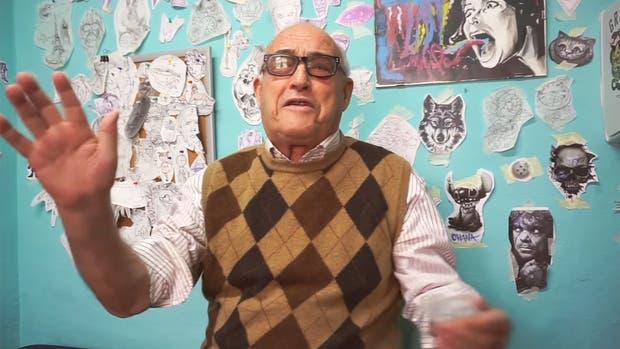 A sus 80 años viaja por el mundo y hace videos para su canal de YouTube