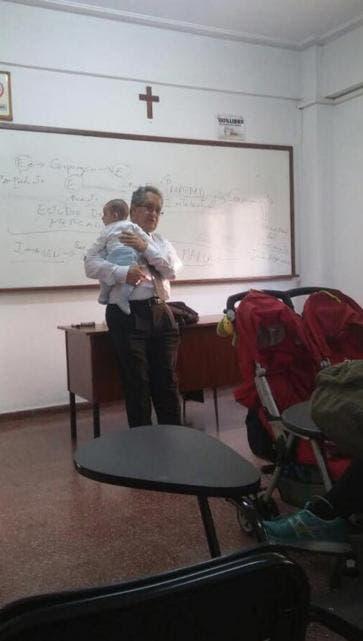 El profesor ayudó a su alumna para que pudiera tomar apuntes en la clase