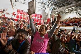 Miles de seguidores de Obama cubrieron ayer el gimnasio de una escuela de Ohio en un mitin de campaña