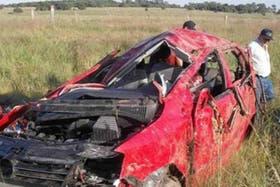 La imagen muestra el auto que protagonizó el choque fatal de esta mañana en Corrientes