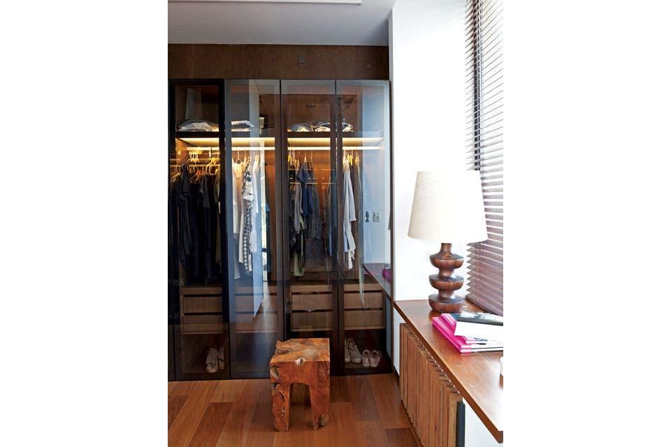 El vestidor se realizó con interior de madera, luz empotrada y puertas de hierro negro mate .  Foto:Living /Magalí Saberian