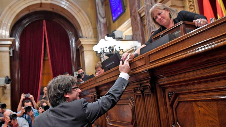 Carles Puigdemont al entregar su voto