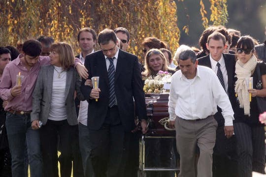 Silencio, lágrimas y dolor en el cementerio donde inhumaron los restos de Ángeles Rawson. Foto: LA NACION
