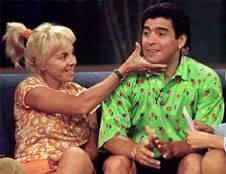 19 de noviembre de 1996. Claudia Villafañe y Diego Armando Maradona, durante un programa de TV. Ella muestra la cara de su esposo