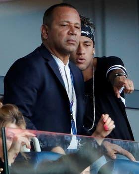 Neymar siguió el partido desde el palco del Parque de los Príncipes