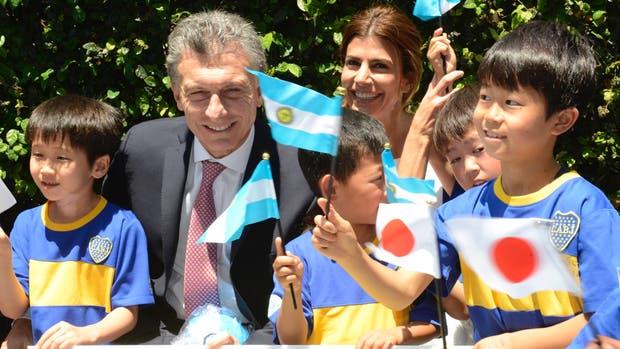 Mauricio Macri y Juliana Awada saludaron a alumnos de la escuela de fútbol Boca - Japón