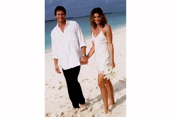 En 1998, la supermodelo Cindy Crawford se casó en una ceremonia muy romántica en la playa con Rande Gerber. Usó un vestido corto de John Galliano, el pelo an natura ¡y descalza!. Foto: In style