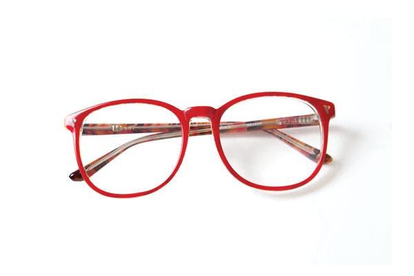 Anteojos de marco rojo (infinit). Foto: Erika Rojas. Coordinación y producción de producto: Josefina Rivero