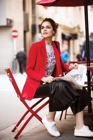 Remera (De La Ostia), blazer de lino (Clara), pantalón de cuero con volado (Uma), slippers de cuero (A pie) . Foto: Nicolás Faig