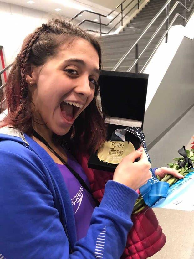 Delfina con su medalla de oro en el Mundial juvenil