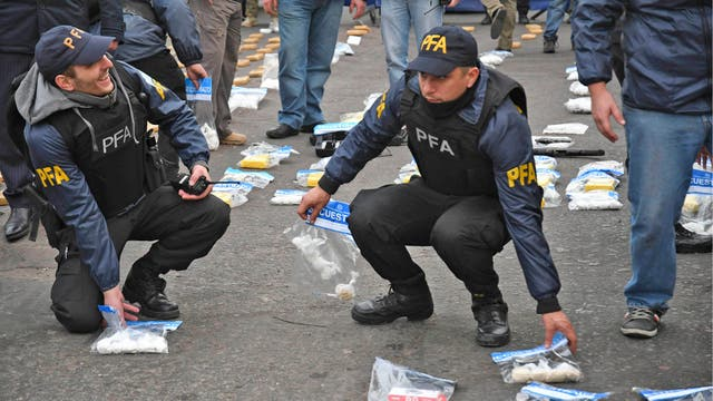 Las fuerzas policiales y de seguridad iniciaron un gigantesco operativo para desbaratar bandas de narcotraficantes y detener a sus integrantes, apresar a delincuentes prófugos de la Justicia refugiados allí y deshacer talleres clandestinos que funcionan en el lugar