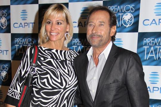 Alfombra roja de los Tato. Guillermo Francella, junto a su mujer sonríe para las cámaras.... Foto: LA NACION / Matías Aimar