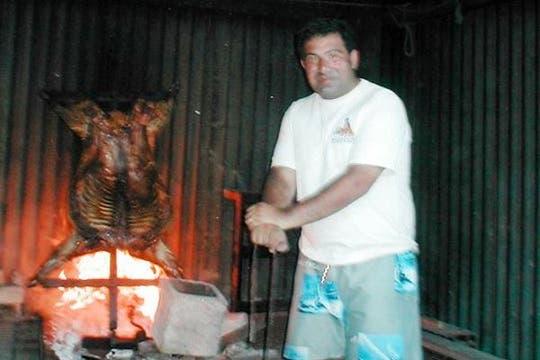 """""""Al asador, como corresponde. Cordero en Camarones (Chubut) en el 2006. Compito con quien quiera. Solo para asadores a la cruz, parrilleros abstenerse"""". Foto: www.ricardoechegaray.com.ar"""