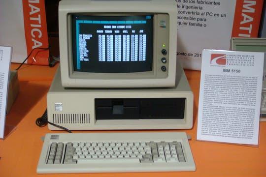 La legendaria computadora IBM 5150 en funcionamiento, que popularizó estos equipos en el hogar y la oficina. Foto: Gentileza Museo de Informática