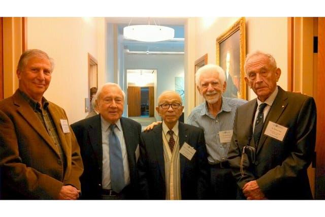 Cooper en noviembre, cuando fue premiado por la Academia Nacional de Ingenieros de Estados Unidos; segundo desde la izquierda, Joel Engel, el hombre que atendió su primera llamada