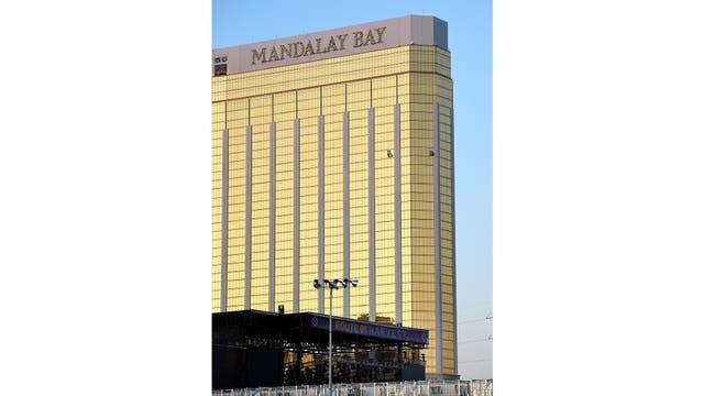 El hotel Mandalay Bay, se pueden ver los vidrios rotos desde donde disparó el homicida, abajo, el escenario donde se realizaba el festival