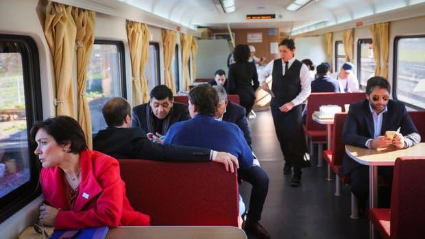 Después de casi 2 años volvió el servicio de tren que une la Ciudad de Buenos Aires con Mar del Plata
