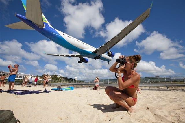 En St. Maarten, el aeropuerto Princesa Juliana está tan cerca de la playa que los aviones parecen apuntar de aterrizar sobre ella