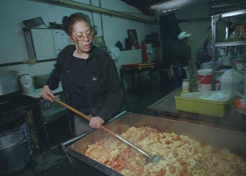 Mónica Carranza cocina en la fundación de Los Carasucias, en 1999. Foto: Archivo