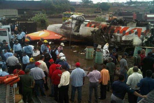 Un avión de la aerolínea estatal Conviasa, con 47 personas a bordo, se estrelló hoy en el sur de Venezuela y hay 23 sobrevivientes. Foto: AP