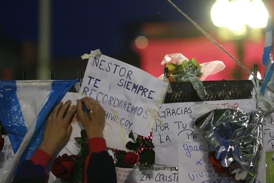 Carteles de agradecimiento a Néstor Kirchner. Foto: LA NACION / Julián Bongiovanni