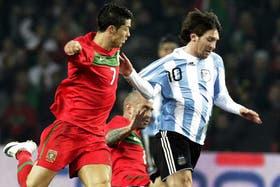 Una postal de Lionel Messi en el partido: ni Cristiano Ronaldo ni Raúl Meireles pueden detenerlo