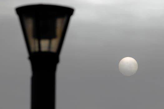 El sol presentó una cara diferente tras la llagada de la bude de ceniza. Foto: Reuters