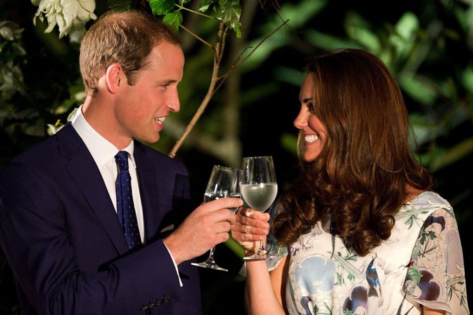 Los rumores de embarazo comenzaron a pulular con fuerza cuando brindaron con agua en una recepción durante la gira por el Pacífico que la pareja realizó en nombre de Isabel II. Foto: /Getty Images