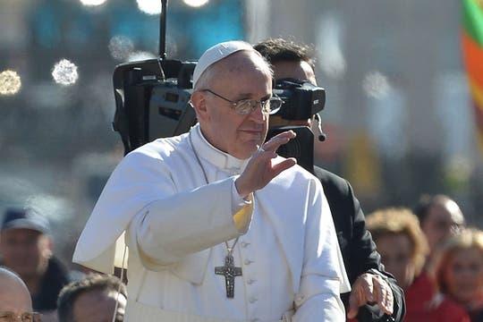Con su mano derecha, el Papa saludó a los presentes. Foto: AFP