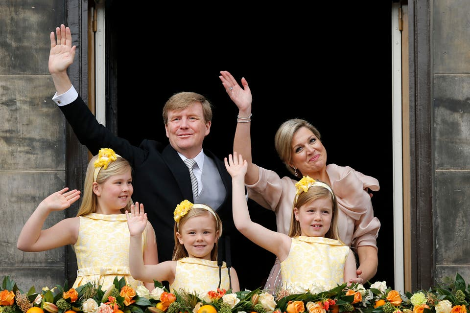 Ahora, la pareja real junto a sus tres hijas, Amalia, Alexia y Ariane, en el balcón del Palacio.. Foto: /AP