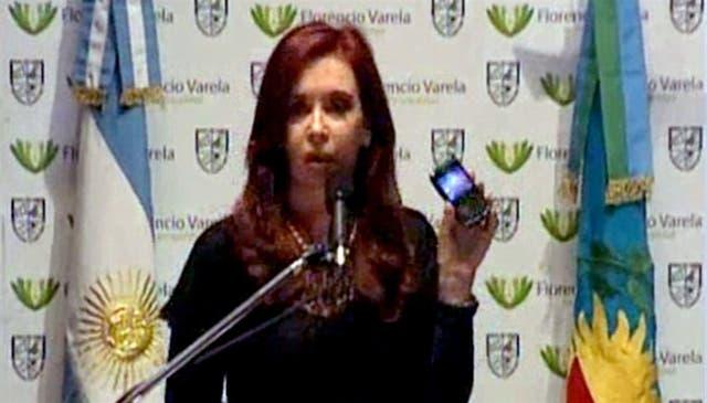 Cristina, con celular en mano, eje de su estrategia comunicacional