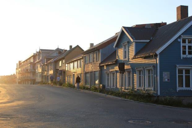 Storgata, una de las calles principales de Tromsø, a la una de la mañana en verano