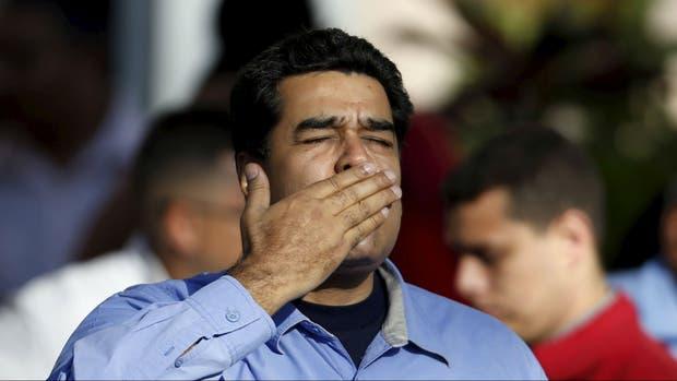 Maduro, saluda a sus seguidores, ayer por el Día de la Mujer
