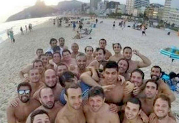Los jugadores de Los Cedros en una playa de Río