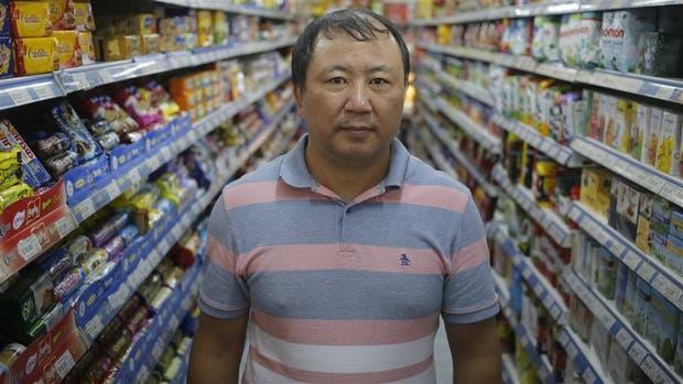 El señor Wei, hoy un hombre sin patria, en uno de los pasillos del supermercado que maneja, en la Recoleta