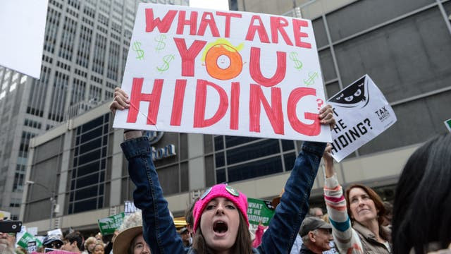 Miles de personas le reclaman a Trump que muestre su declaración de impuestos