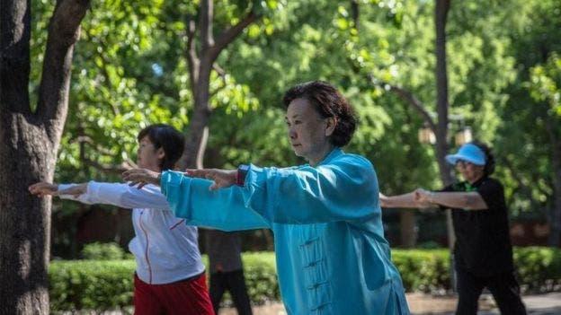 El taichí es una forma de arte marcial que tiene, por sus movimientos lentos y fluidos, muchos beneficios a la salud