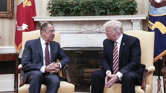 Trump y la información clasificada que no debió revelar: ¿qué dijo a los rusos?
