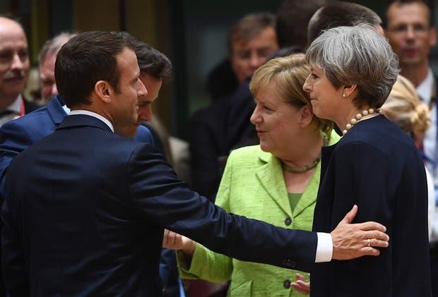 Macron, Merkel y May charlan durante un receso de la cumbre de líderes de la UE