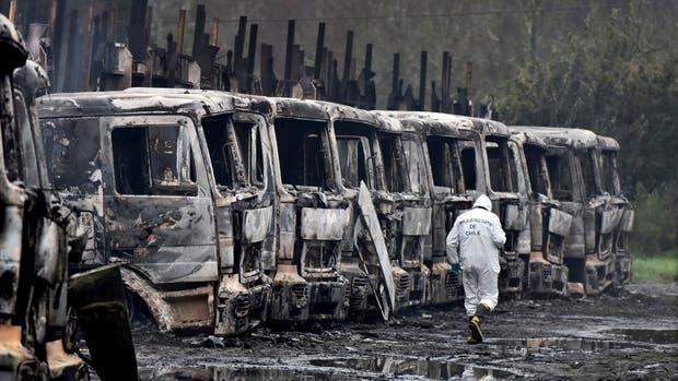 Un grupo radical mapuche incendió 29 camiones forestales en el sur de Chile